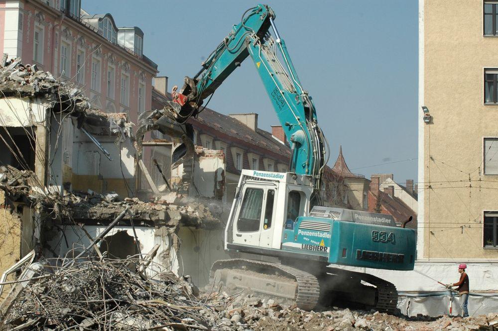 Демонтаж зданий и сооружений с помощью специальной техники